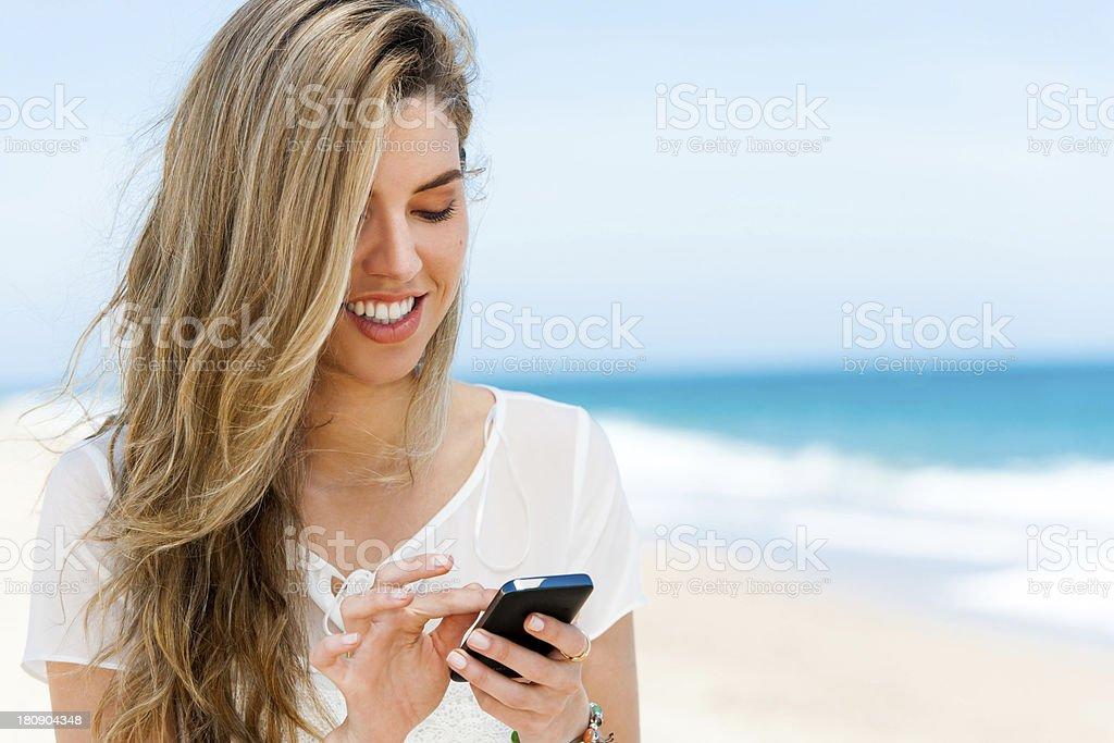 Jolie fille de navigation sur téléphone portable en extérieur. photo libre de droits