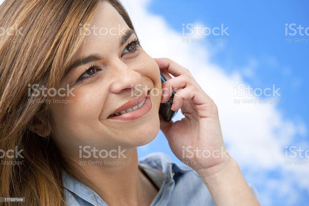 Jolie fille en gros plan pour téléphone portable. photo libre de droits