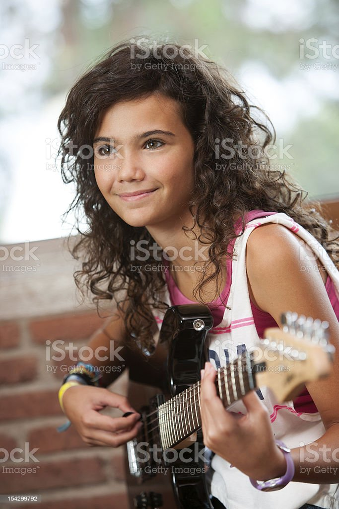 Jolie fille jouant de la guitare. photo libre de droits