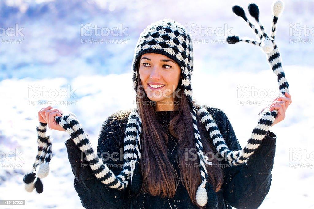 Jolie fille jouant avec un foulard dans la neige. photo libre de droits