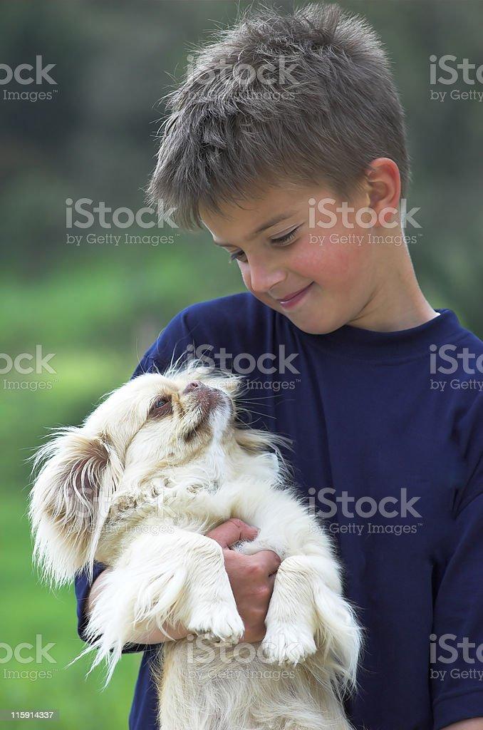 Carino bambino con Cucciolo foto stock royalty-free