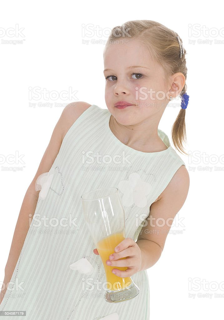 Adorable petite fille un verre de jus d'orange photo libre de droits