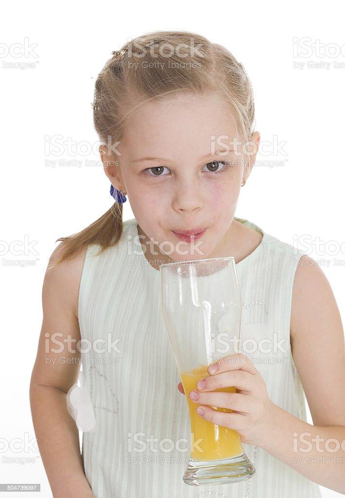 Adorable petite fille un verre de jus d'orange photo libre de droits