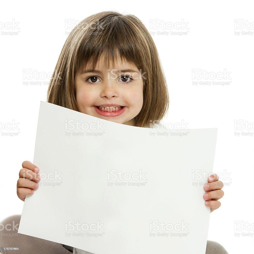 Mignonne petite fille tenant papier. photo libre de droits