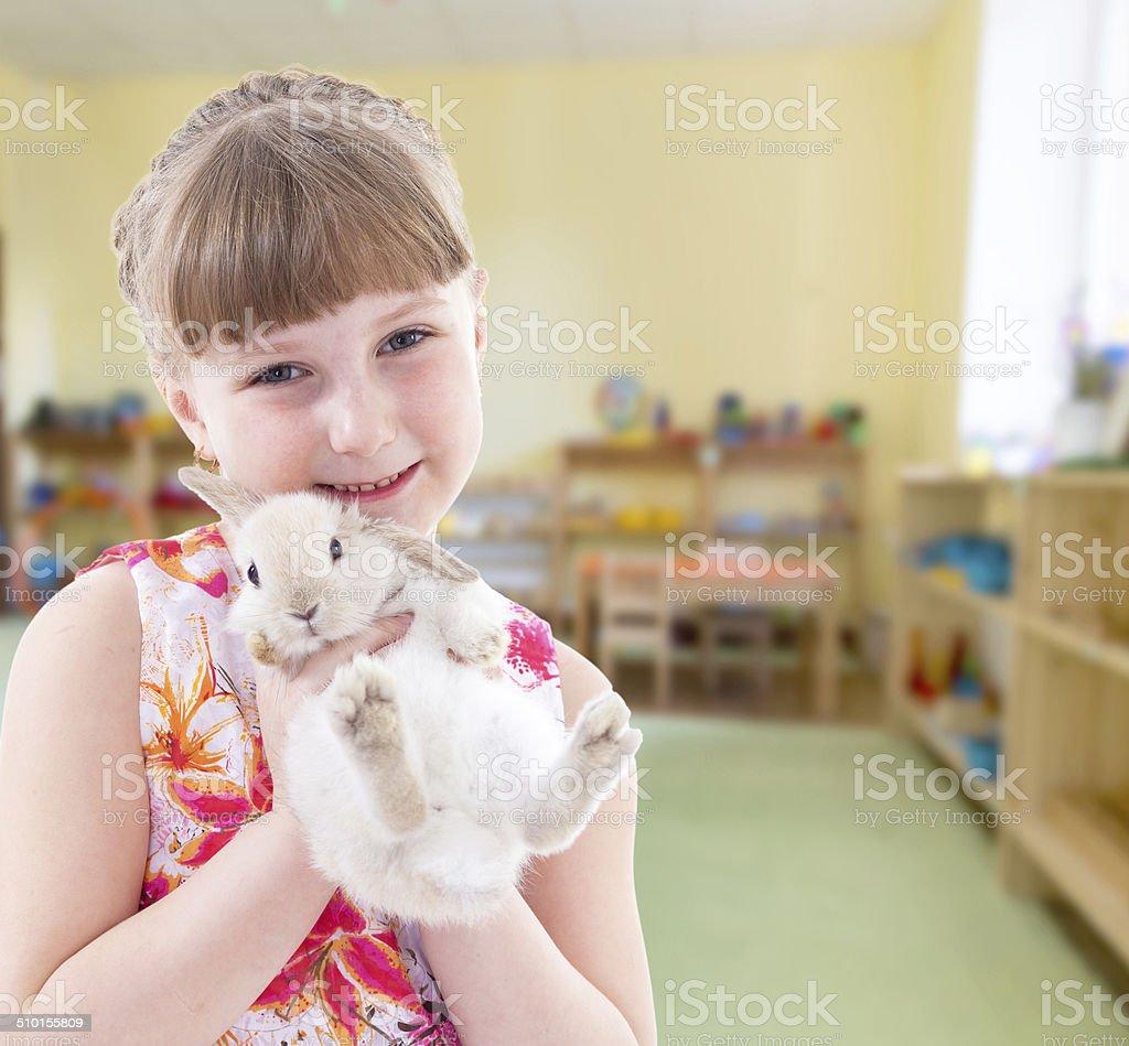 Mignonne Petite fille jouant photo libre de droits