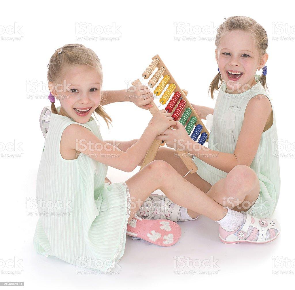 Mignon sisters dans les Montessori environnement. photo libre de droits