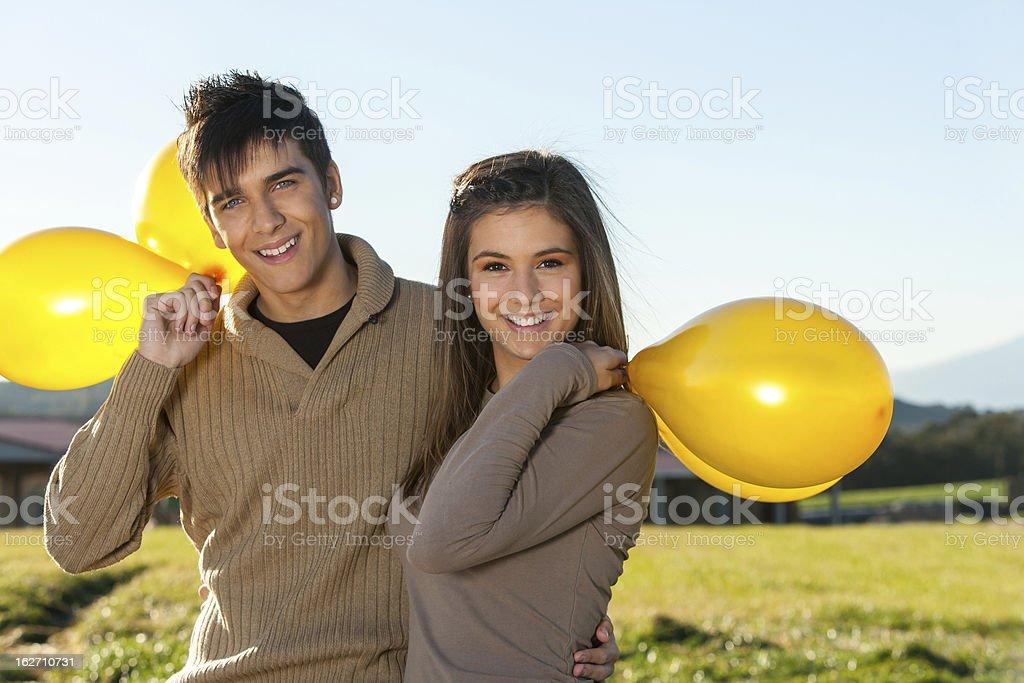 Jolie teen couple en plein air avec les ballons. photo libre de droits