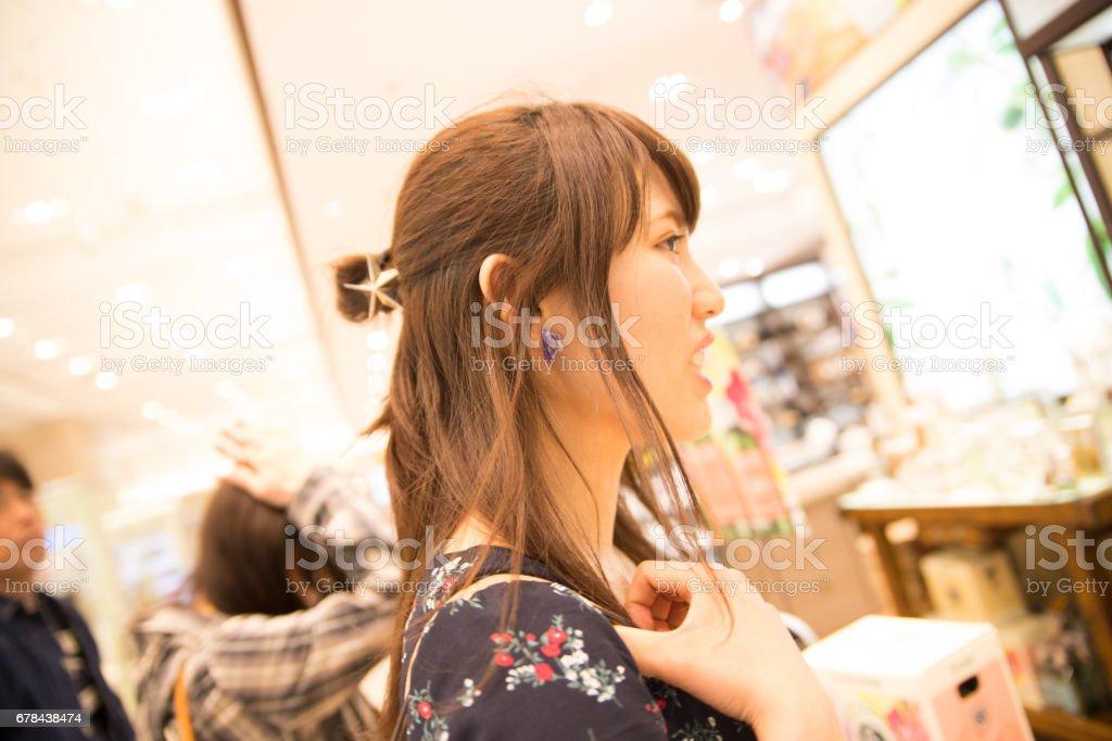 都会を歩く可愛い女性 stock photo