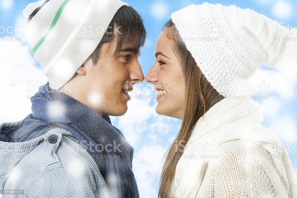 Mignon jeune couple d'hiver. photo libre de droits