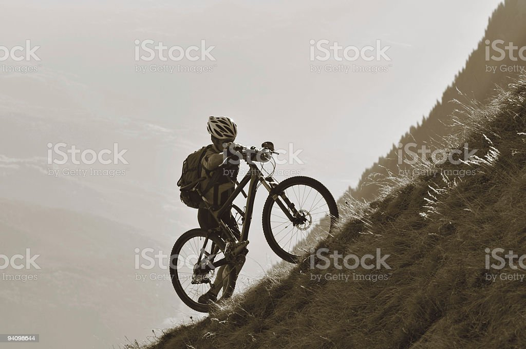 Radfahrer schieb sein Rad royalty-free stock photo