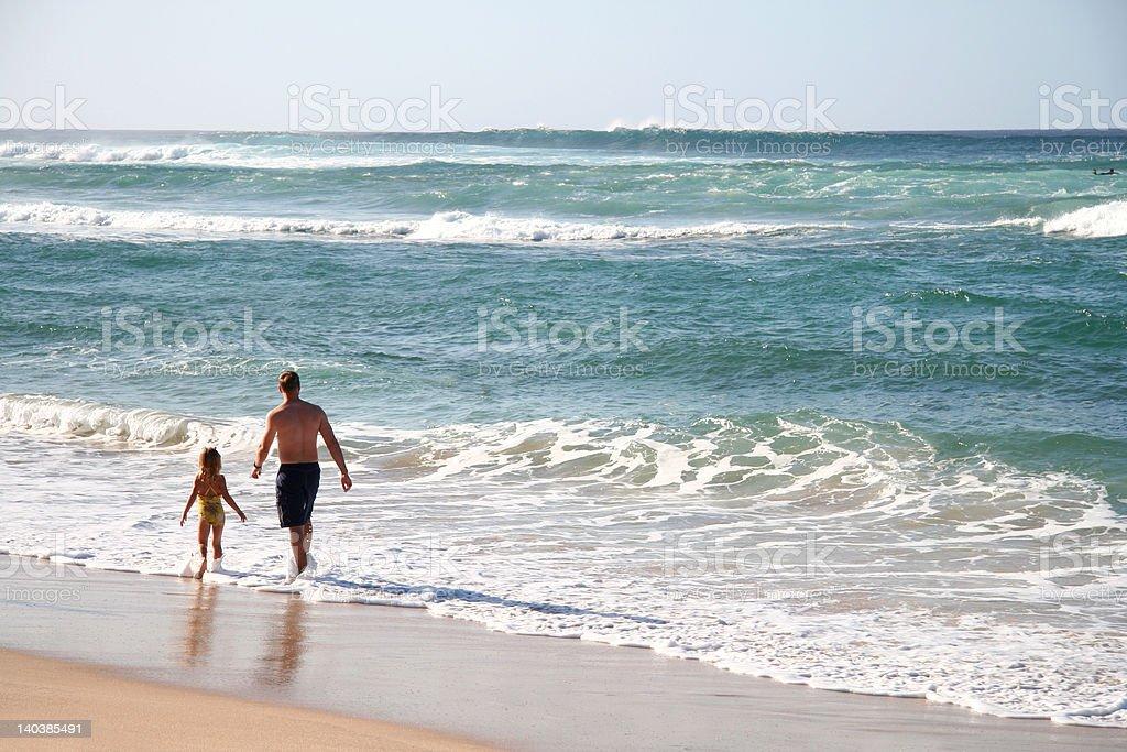 Padre e hija en la playa foto de stock libre de derechos