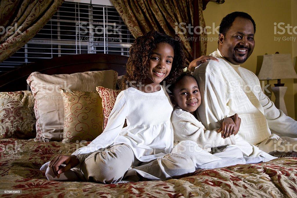 El uso de un Dad y sus dos niñas foto de stock libre de derechos