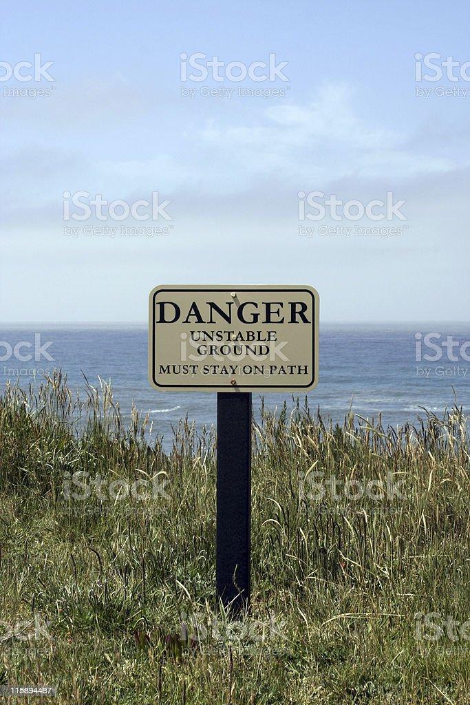 Signe de Danger sur la côte ligne d'Horizon au-dessus de l'eau photo libre de droits