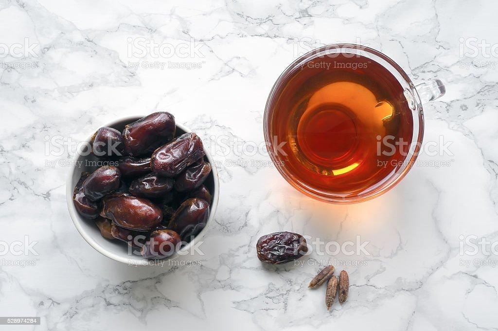 Datas frutas com copo de chá foto de stock royalty-free