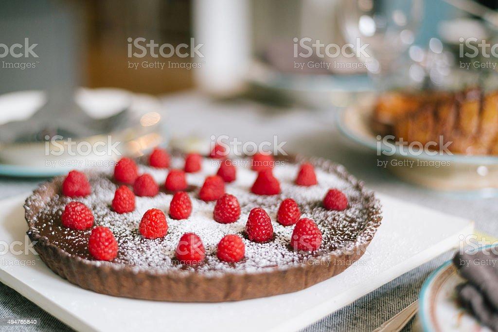 Köstliche Schokoladen-Kuchen auf Weihnachtsfeier Tisch Lizenzfreies stock-foto