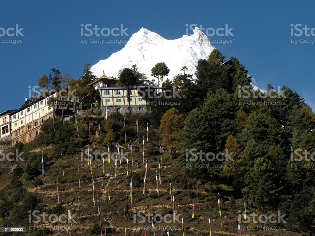 Der Manaslu in Nepal mit einem Kloster und Gebetsfahnen stock photo
