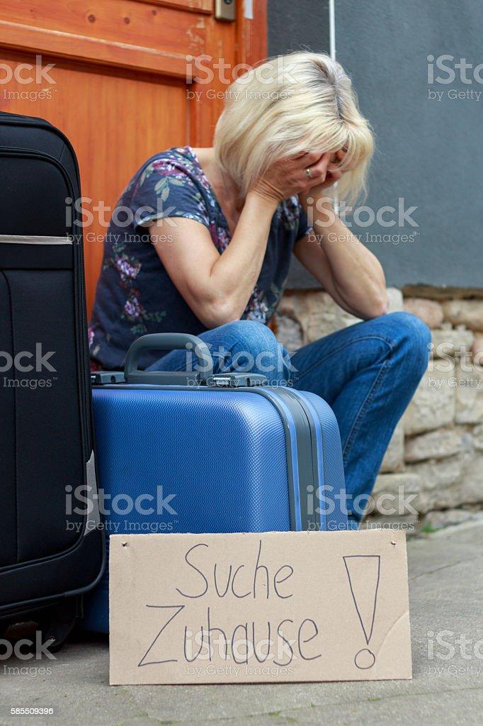 verzweifelte Frau sucht neues Zuhause stock photo