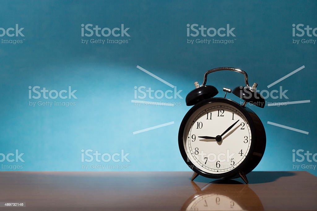 Despertador retro negro sonando stock photo