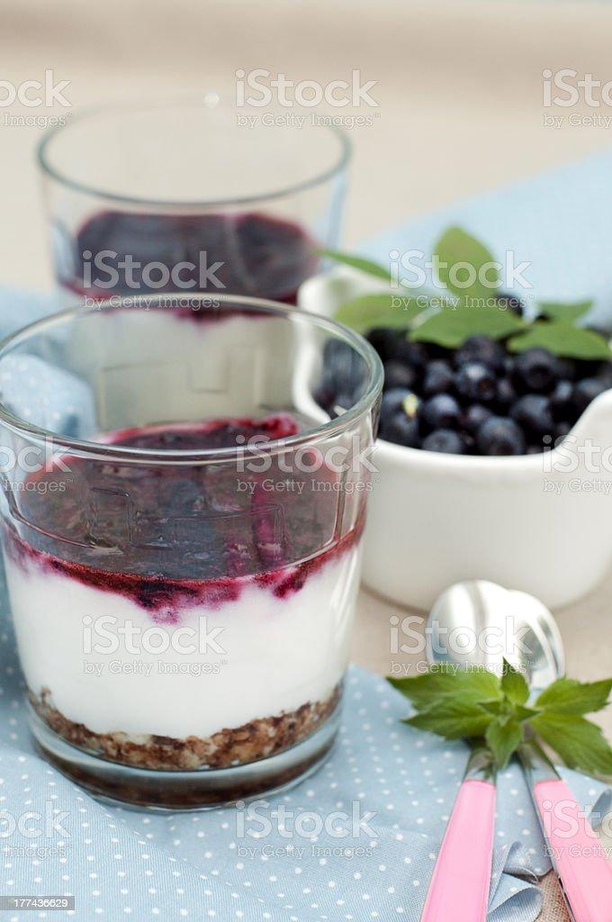 dessert avec de la myrtille et au yaourt photo libre de droits