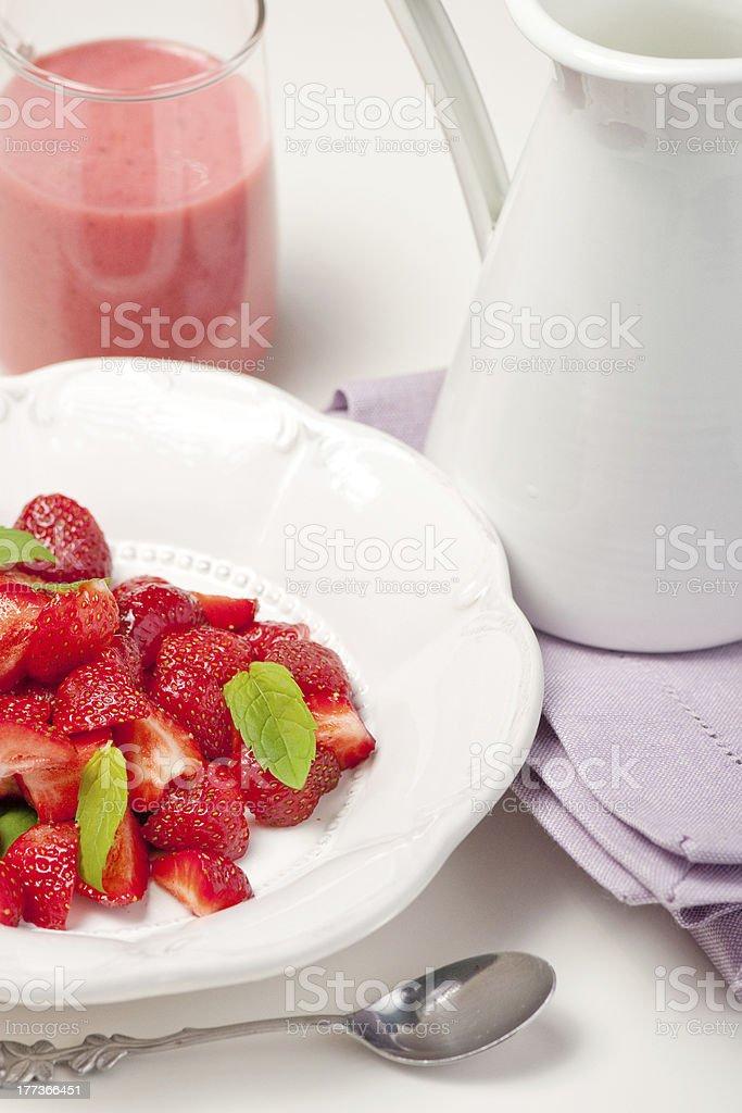Sobremesa com morangos frescos foto royalty-free