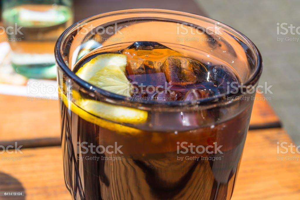 Detail, Glas Cola mit Eis und Zitrone stock photo