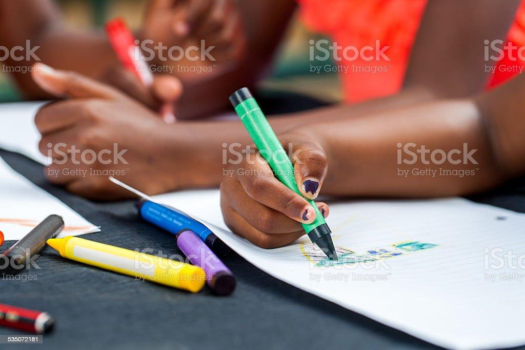 Détail des mains de dessin pour enfants d'Afrique. photo libre de droits