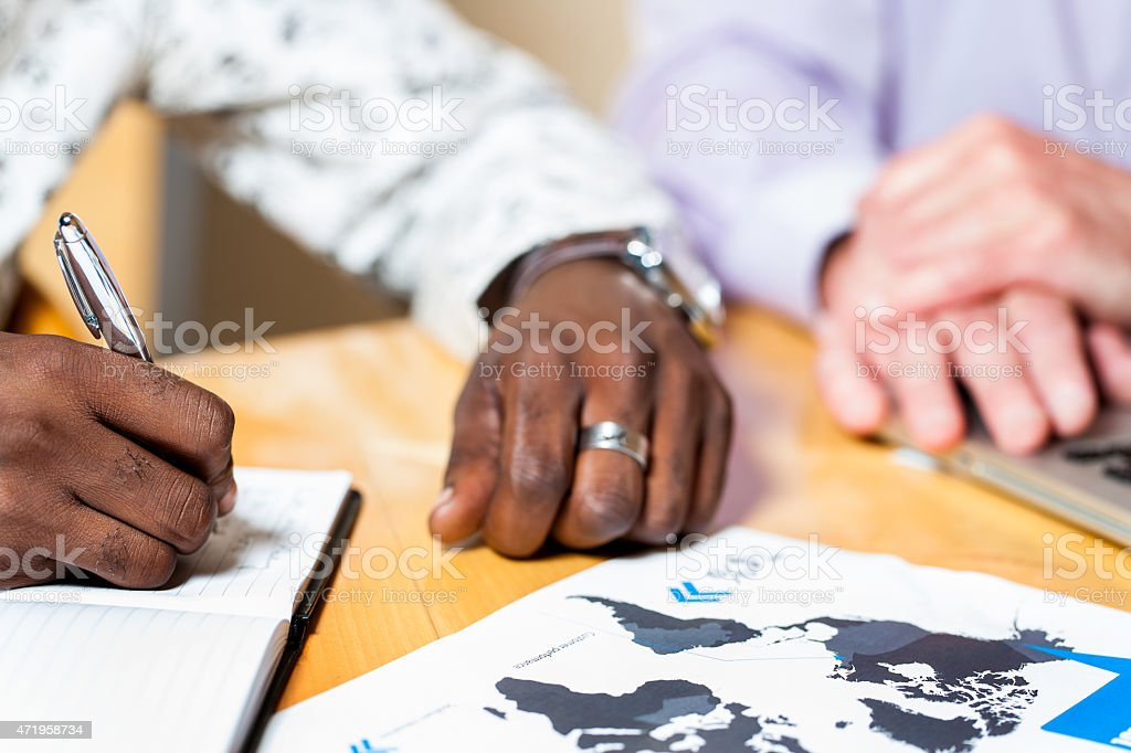 Détails de noir Homme d'affaires signature de documents. photo libre de droits