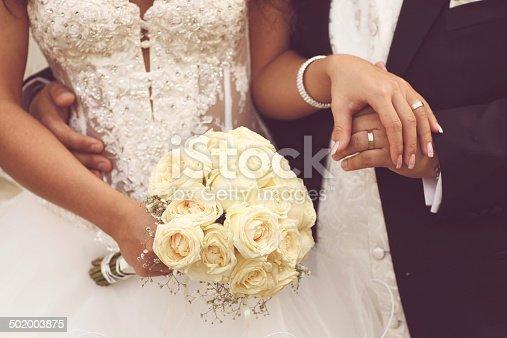 Рука в свадебном платье