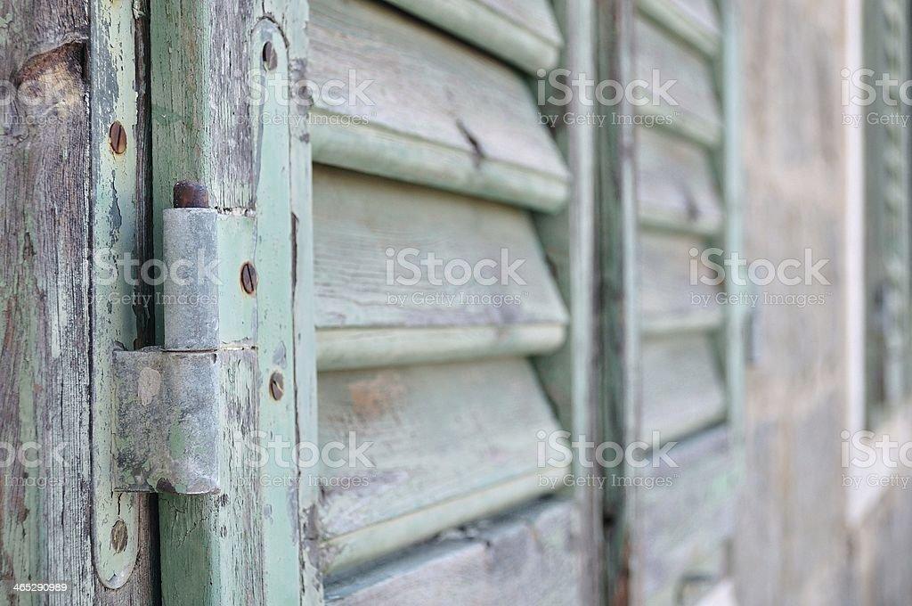 Szczegóły zamkniętej stary drewniany migawki zbiór zdjęć royalty-free