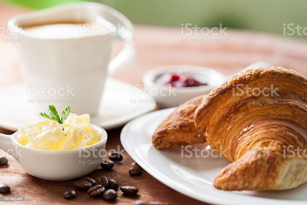 Détail de Croissant et un mug à café en arrière-plan. photo libre de droits