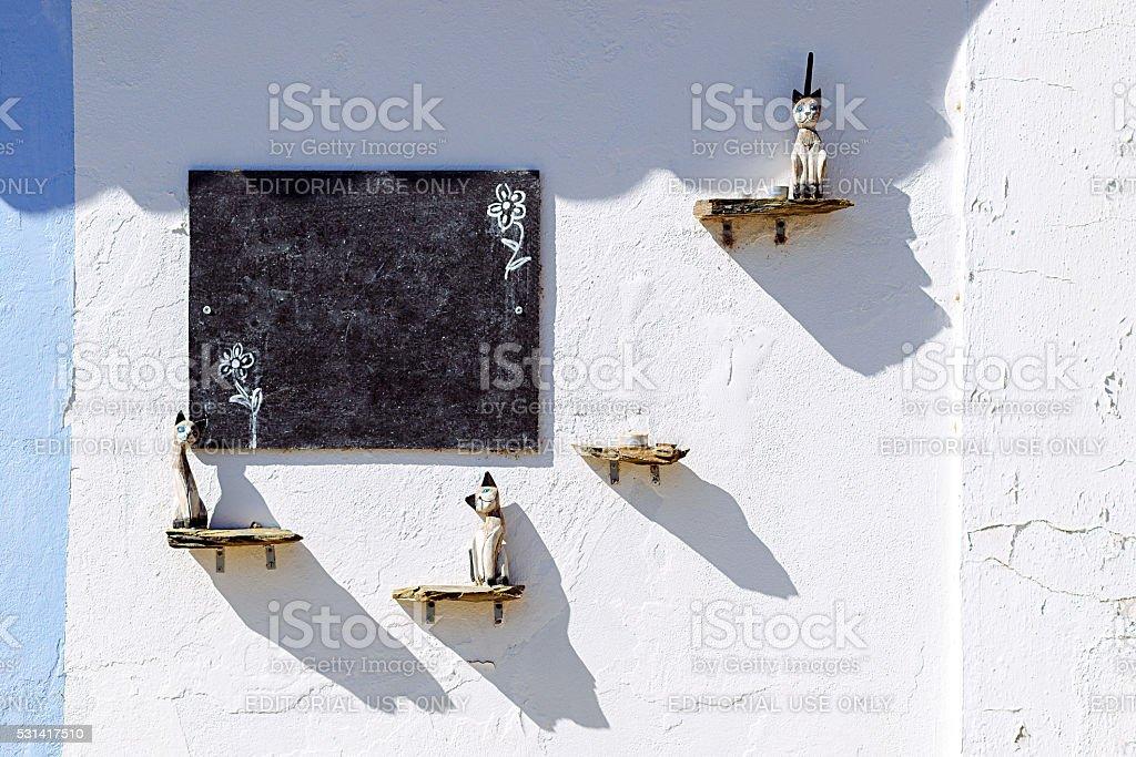 Detalhe de uma parede decorada com gatos em Mértola, em Portugal. Cores foto royalty-free