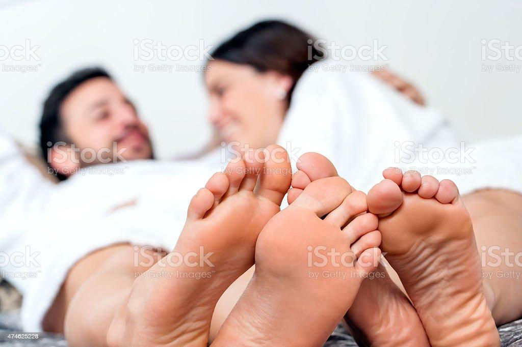 Détail de pieds avec couple en arrière-plan. photo libre de droits