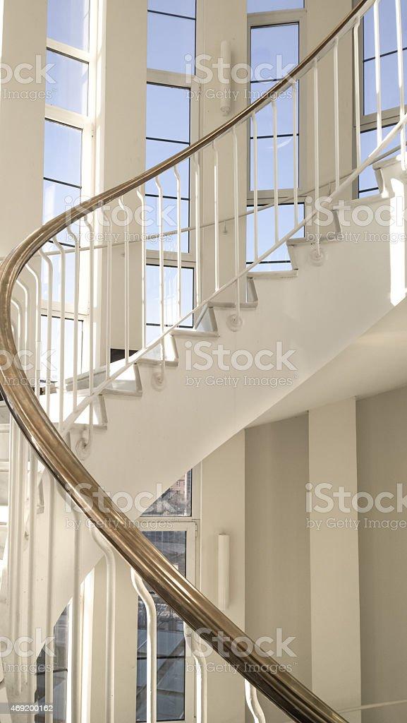 Detalhe da escada em espiral metálico foto royalty-free