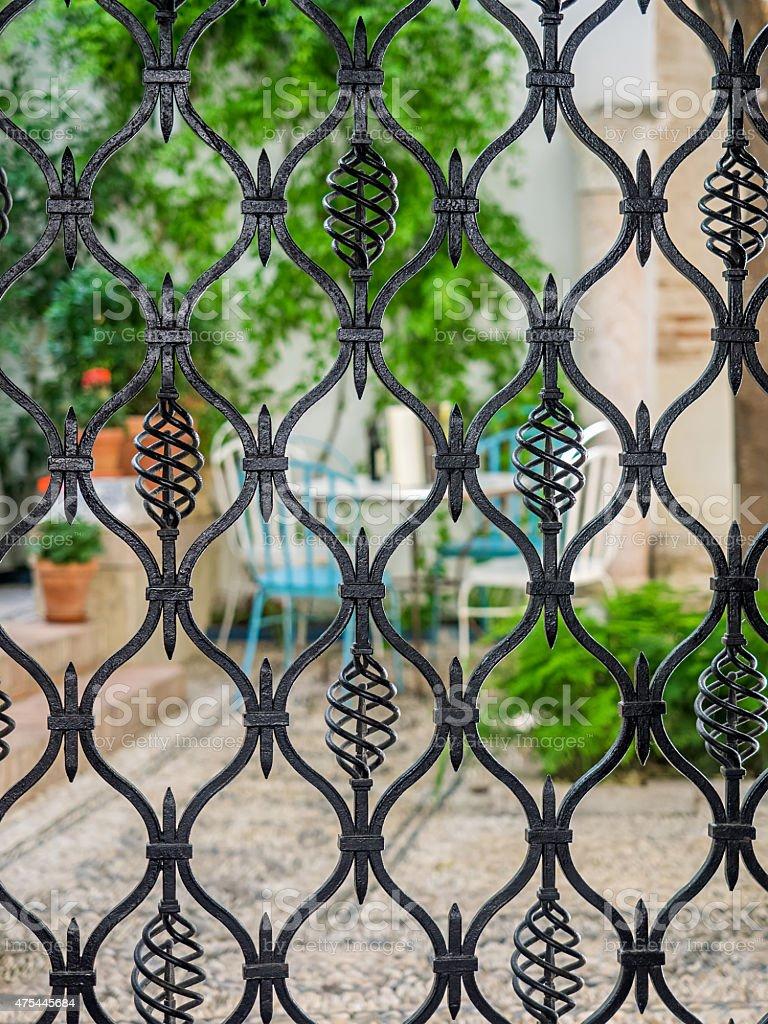 Detalhe do portão de ferro forjado. Courtyard de Córdoba, Espanha foto royalty-free