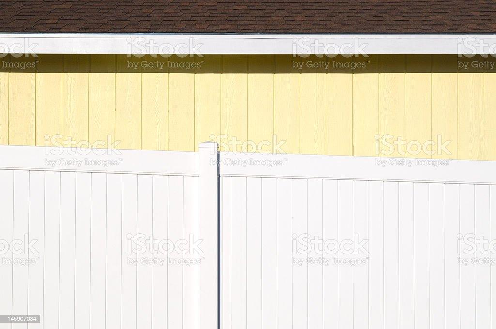 Détail de zone jaune House derrière la clôture blanche photo libre de droits