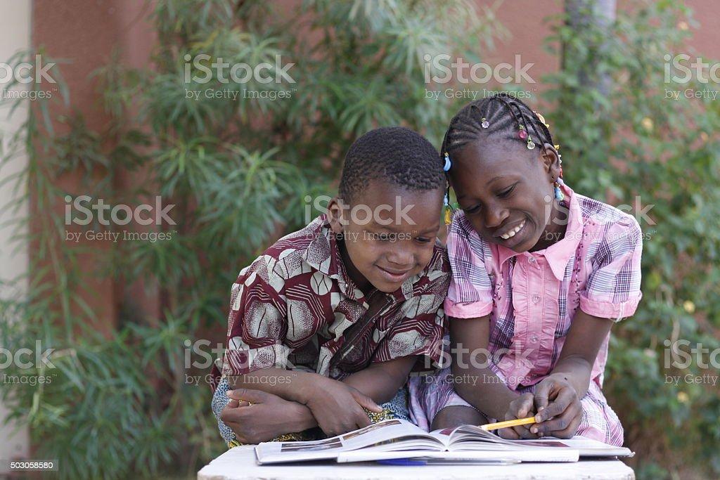 deux enfants lisant un livre stock photo