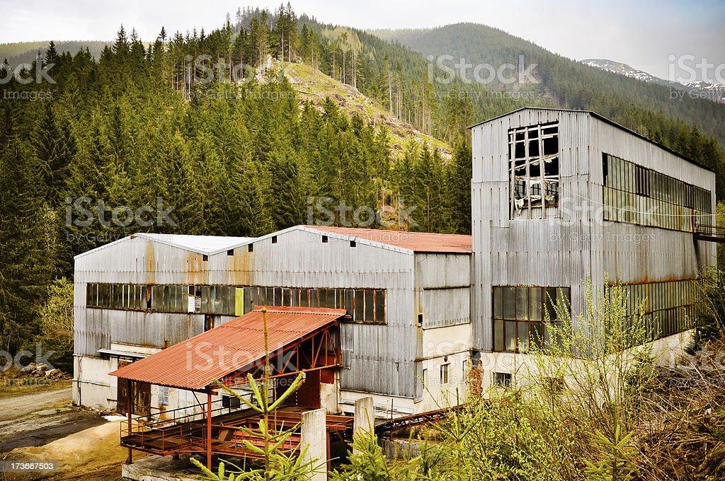 Zerstörten Fabrik in die Berge Lizenzfreies stock-foto