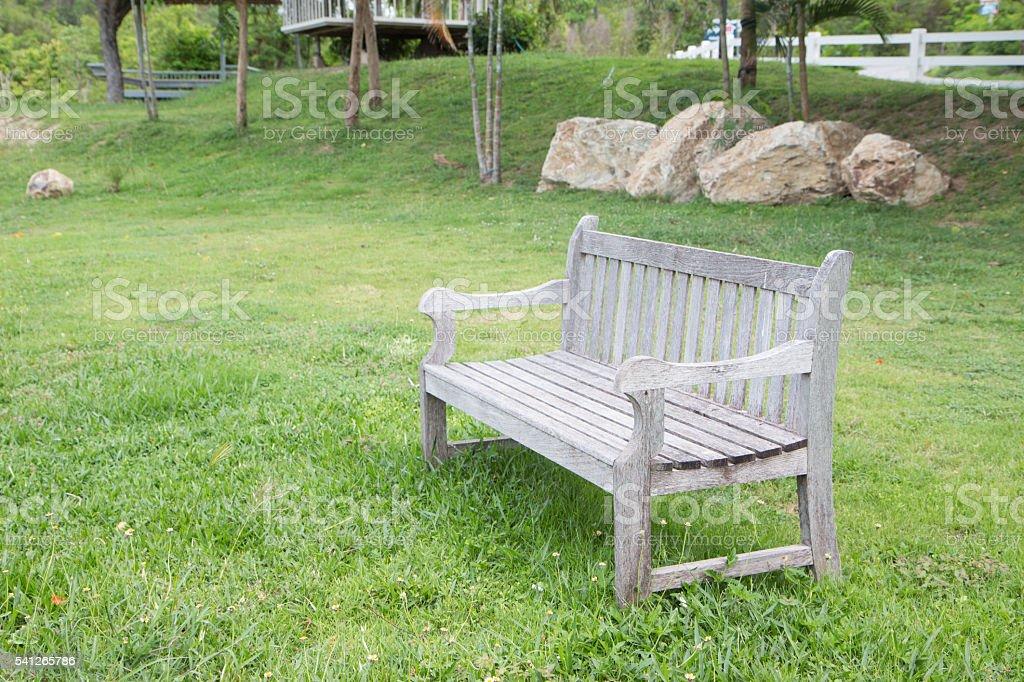 diagonal wooden bench in green garden lawn, resting and relax Стоковые фото Стоковая фотография