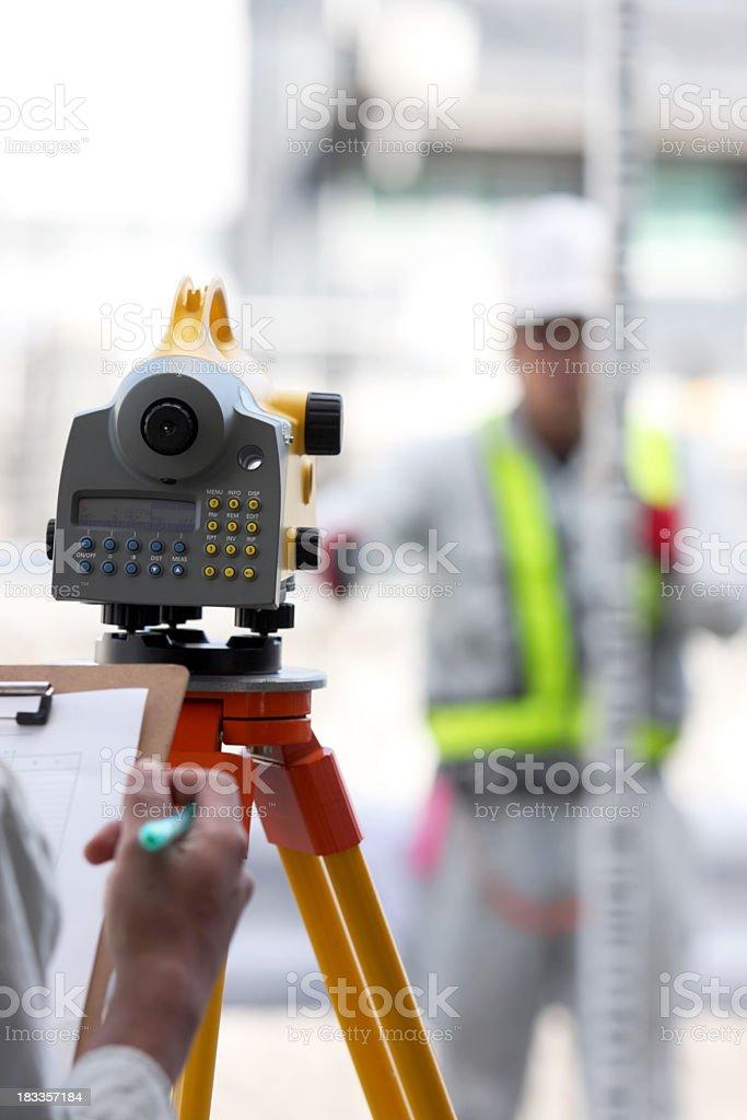 Digital-Etage mit Landvermesser hinter Lizenzfreies stock-foto