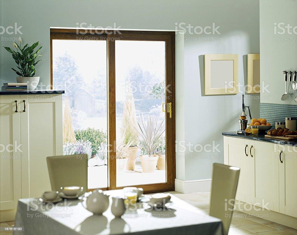comedor y cocina con puertas corredizas hacia el patio foto de stock libre de derechos