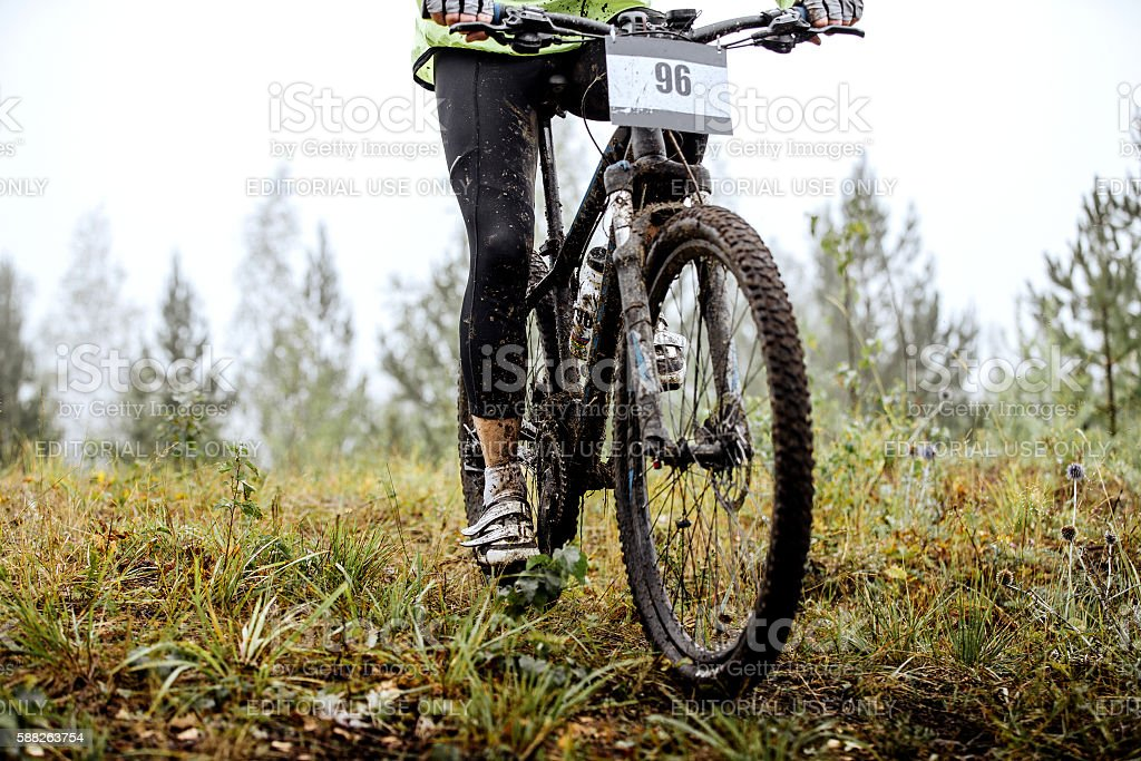 dirty feet of mountainbiker and Bicycle wheel royalty-free 스톡 사진