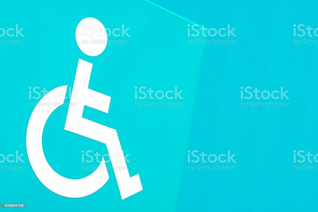 behindertenzeichen auf das türkise wand stockfoto 528954128 | istock - Trkise Wand