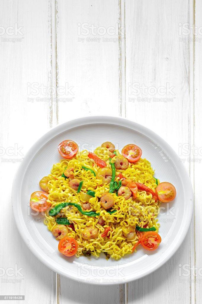 Prato de macarrão com camarão e legumes foto royalty-free