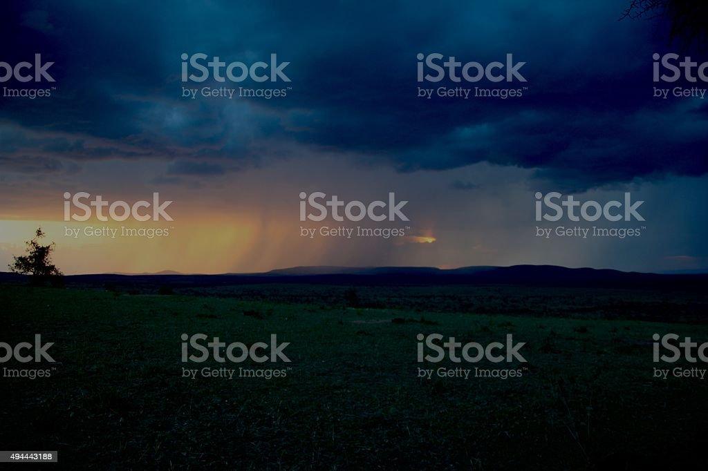 Distante llueva durante la interminable llanuras africanas foto de stock libre de derechos