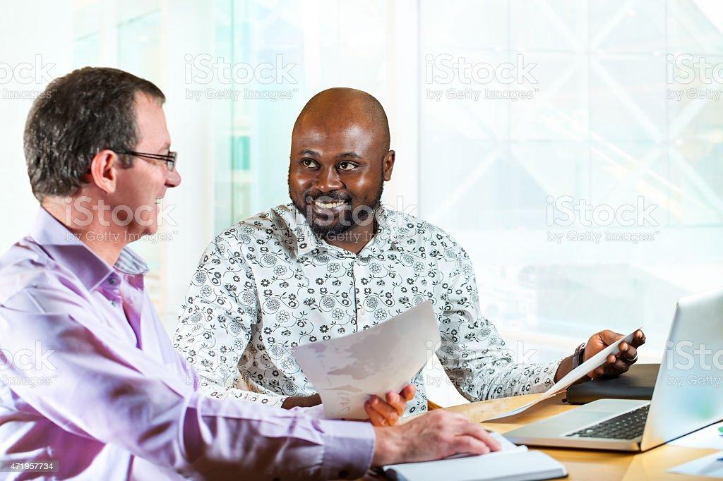Divers partenaires d'affaires au bureau pour travailler. photo libre de droits