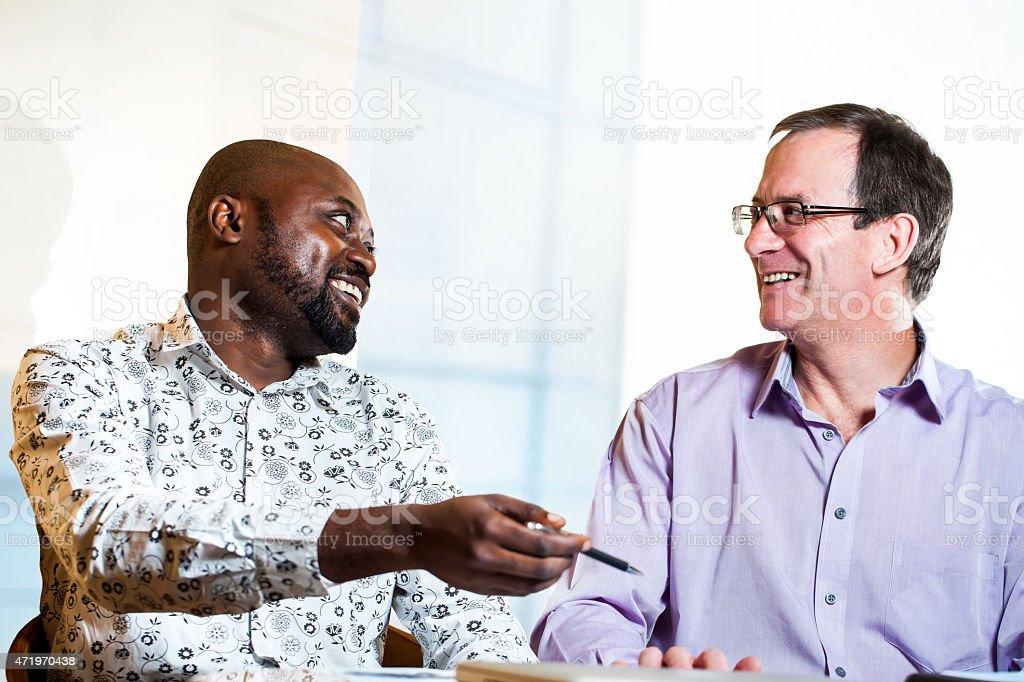 Divers partenaires d'affaires discuter de leur travail. photo libre de droits