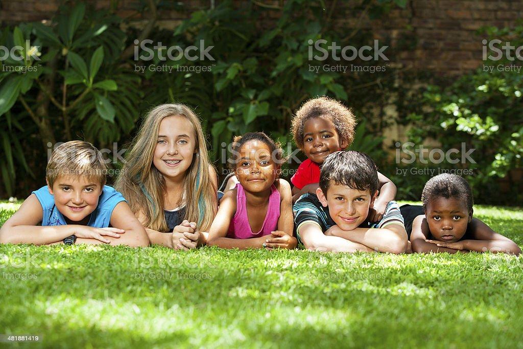 Divers groupe d'enfants dans le jardin. photo libre de droits