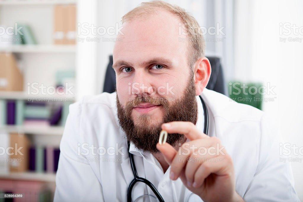 Arzt h??lt eine Gel Kapsel in die Kamera stock photo