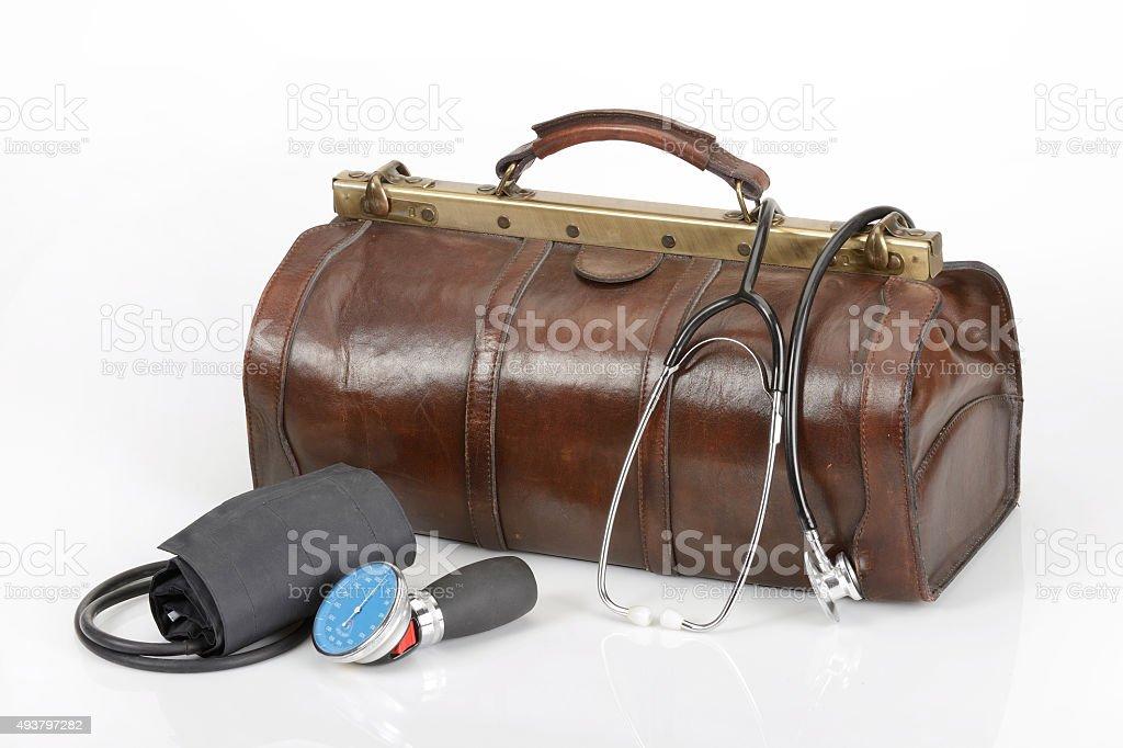 Doktortasche mit Stethoskop und Blutdruckmessgerät stock photo