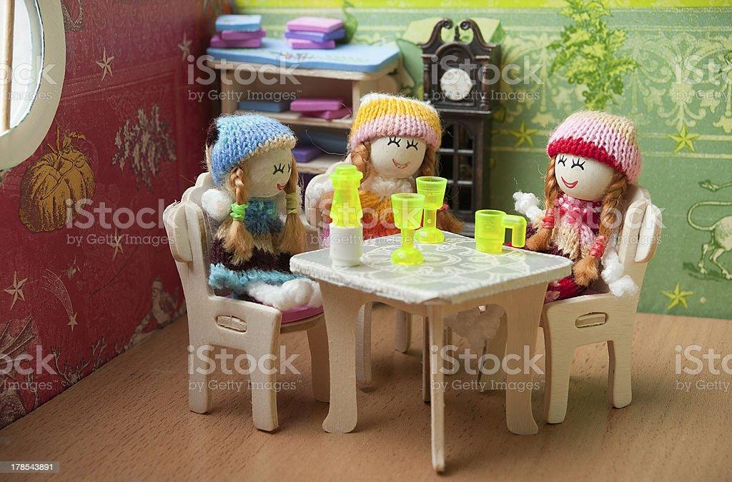 Puppen am Tisch Lizenzfreies stock-foto